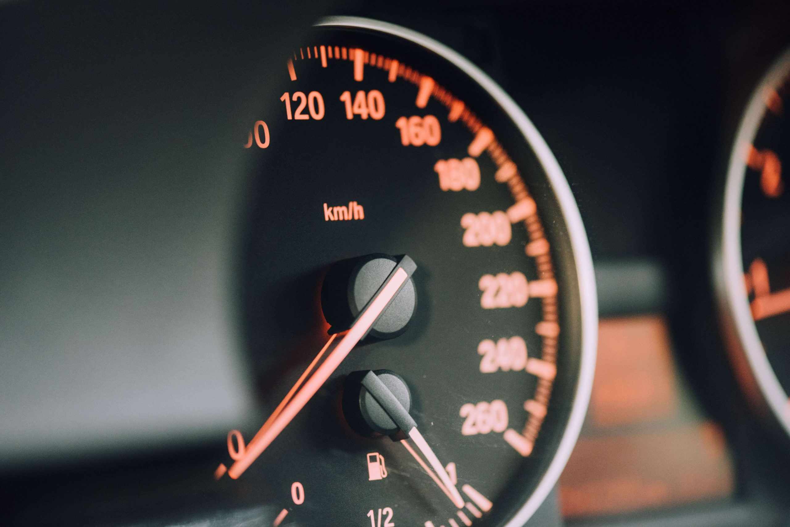 Snelheidsmeter in auto