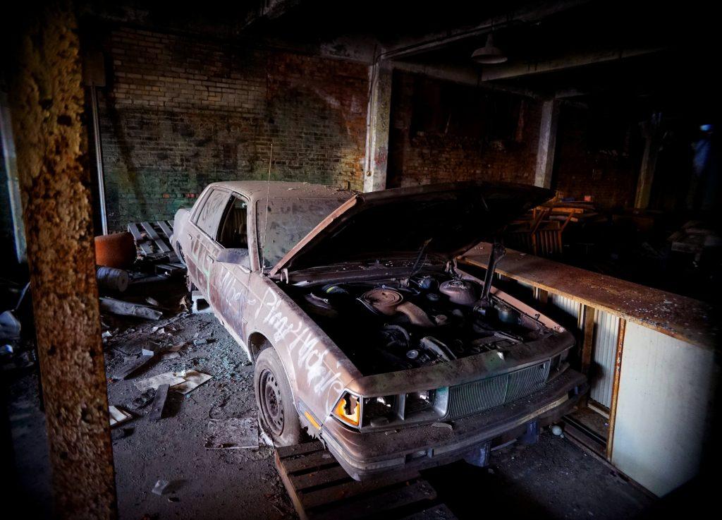 Oude auto met open motorkap